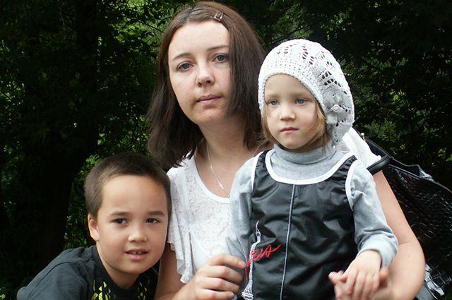 Наталья с родным сыном и «подопечной» дочерью.