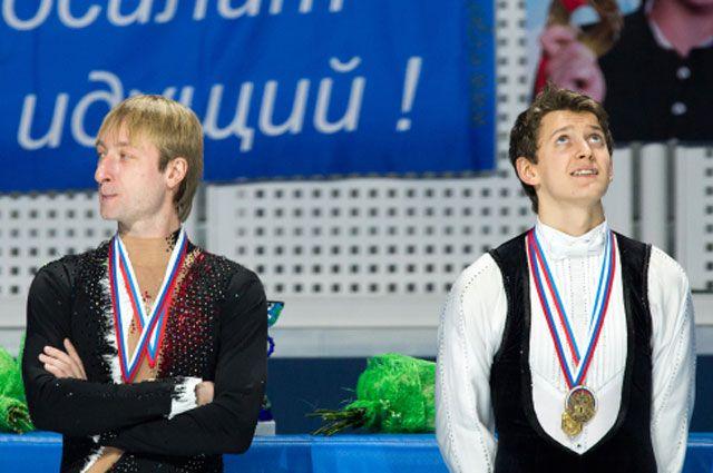 Максим Ковтун (справа), завоевавший золотую медаль в мужском одиночном катании на чемпионате России по фигурному катанию в Сочи, и Евгений Плющенко, завоевавший серебряную медаль, на церемонии награждения.