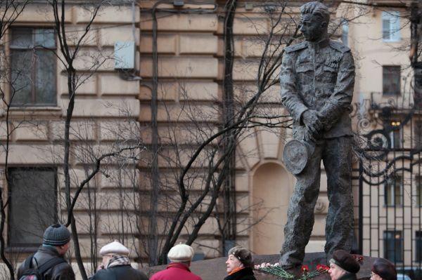 Памятник Герою Советского Союза, подводнику Александру Маринеско в Санкт-Петербурге.