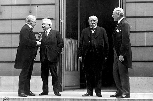Большую часть важнейших решений на конференции приняла «Большая четвёрка»: Дэвид Ллойд Джордж, Витторио Орландо, Жорж Клемансо, Вудро Вильсон.