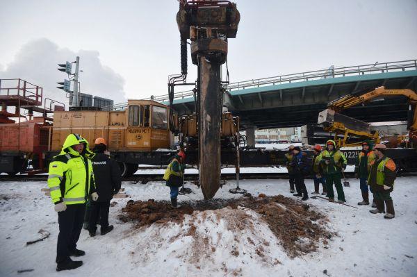 Сотрудники ремонтных служб на месте аварии. Строительная свая пробила тоннель на Замоскворецкой линии московского метрополитена между станциями «Автозаводская» и «Коломенская».