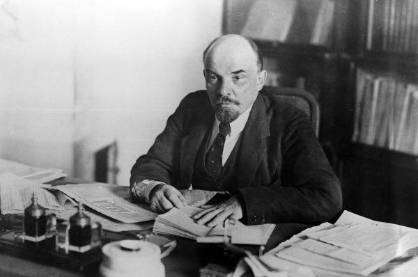 Владимир Ильич Ленин (1870-1924) в рабочем кабинете в Кремле, 16 октября 1918 года. Репродукция фотографии.