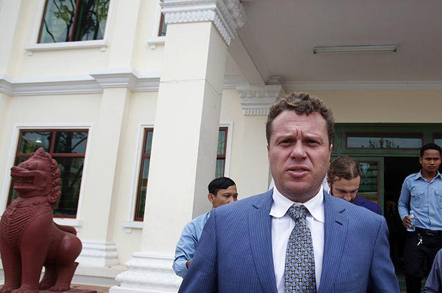Бизнесмен Сергей Полонский у здания апелляционного суда в столице Камбоджи Пномпене.