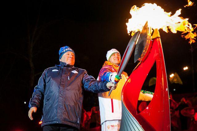 Право зажечь Чашу было предоставлено участнику зимних Олимпийских игр в Солт-Лейк-Сити Виталию Денисову