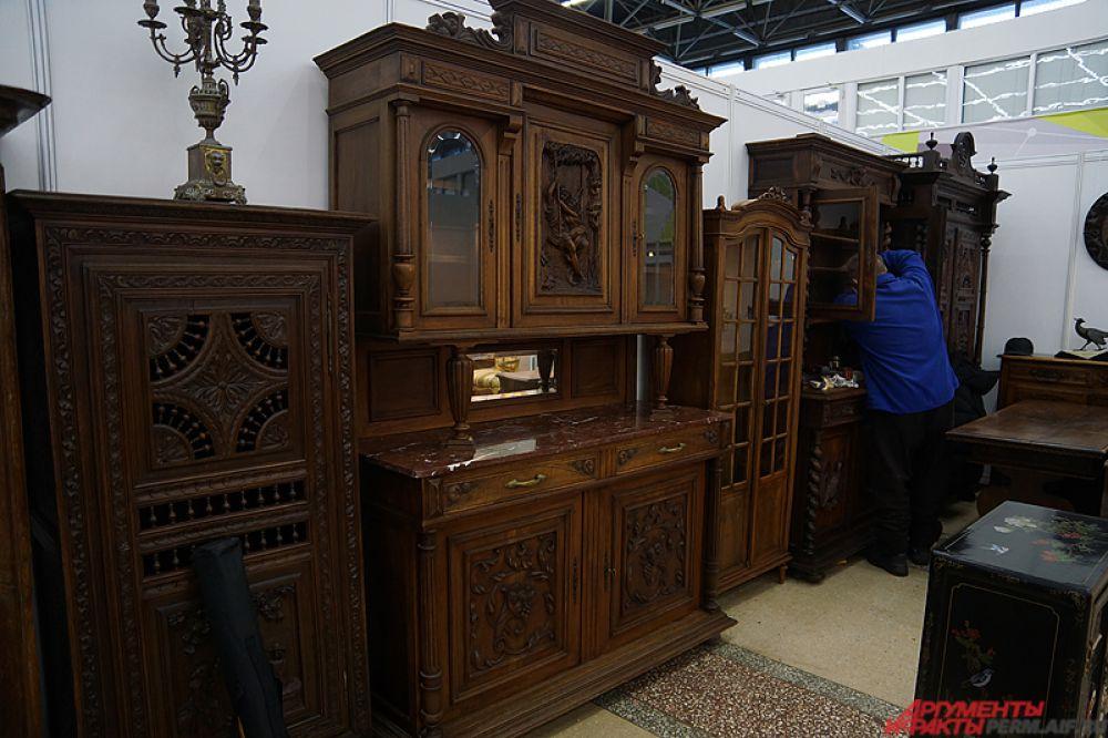 Антикварная мебель стоит больших денег.