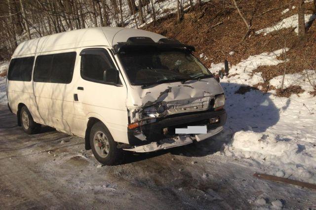 Toyota Hiace после столкновения на встречной полосе
