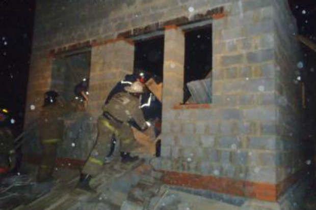 Спасатели в доме из шлакоблоков.