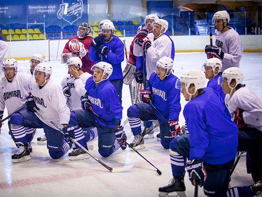 Хоккеисты внимательно слушают наставления тренера.