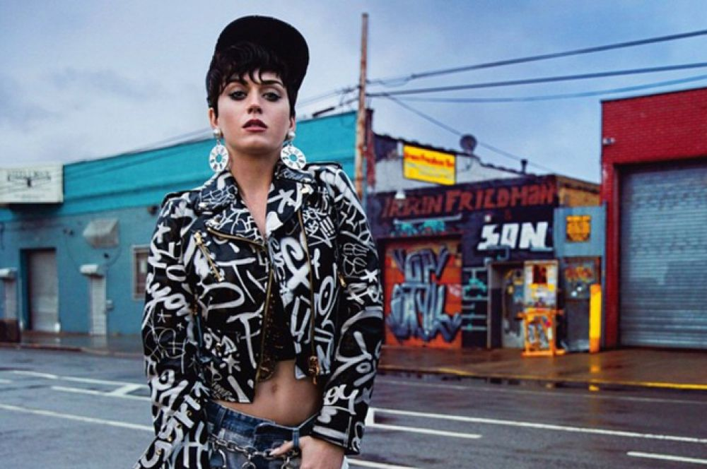 Кэти Перри. За год певица провела 126 шоу в рамках мирового тура, собирая более $2 млн в каждом городе. Доход Перри также приносят рекламные контракты с брендами  Claire's, Coty и Covergirl.