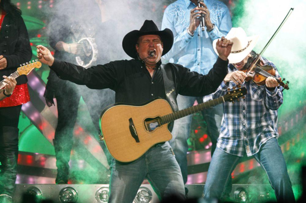 Замыкает тройку лидеров исполнитель кантри-музыки Гарт Брукс, заработавший $90 млн.