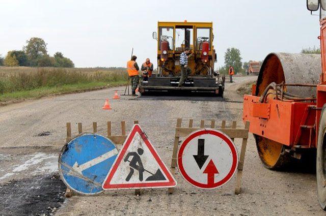 Некоторые дороги в области начинают разрушаться сразу после ремонта.