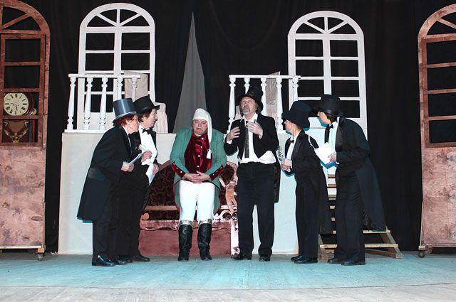 Вячеслав Волков не только руководит Народным театром. Он делает декорации и участвует в спектаклях (на фото в центре).