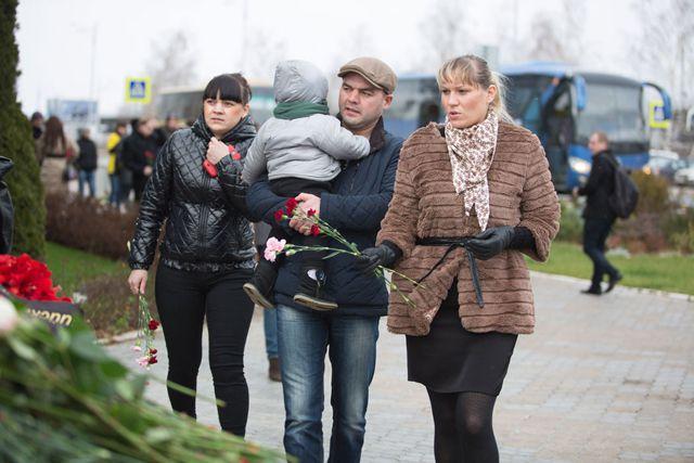 Многие казанцы, узнав о трагедии, приехали в аэропорт.