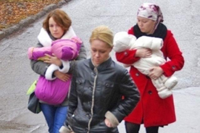 Людмила Трофимова (слева) и Людмила Дубаева (справа) привыкают к родным дочкам.