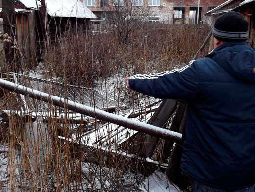 На пути медведя даже железные заборы улетали на несколько метров