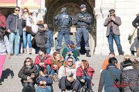 Сотни туристов и парочка полицейских в этой толпе - чем не место для нового теракта?