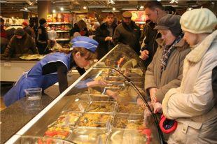 Пенсионеры ходят только посмотреть на продукты.