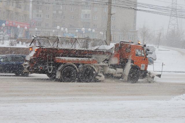 В ночь на 19 декабря специалисты планировали вывести на дороги 85 единиц техники, однако ситуация потребовала привлечь 140 машин.