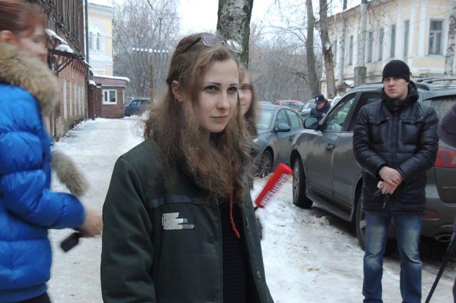 Мария Алехина выходит навстречу нижегородским журналистам.