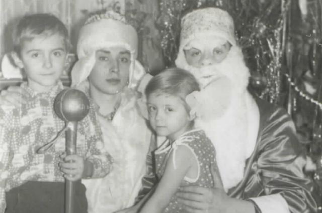«А Снегурочка-то - дядя!». Сергей Кабайло  - второй слева.