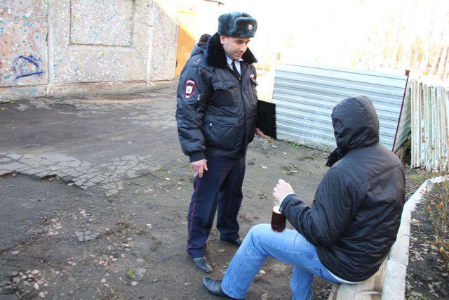 Участковый полицейский обеспечивает порядок на вверенной ему территории.