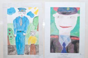 Дети рисовали своих пап, сотрудников полиции