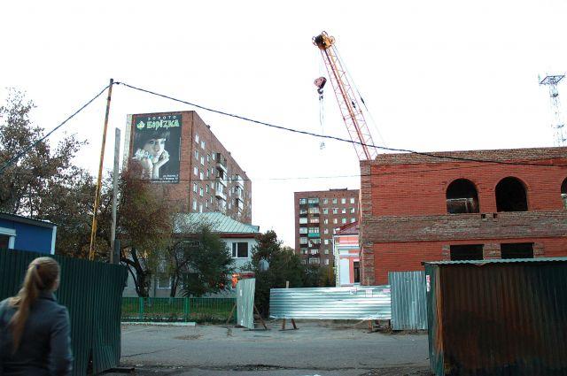 Строительство по ул. Красный Путь ведётся с нарушениями, но до этого никому нет никакого дела.