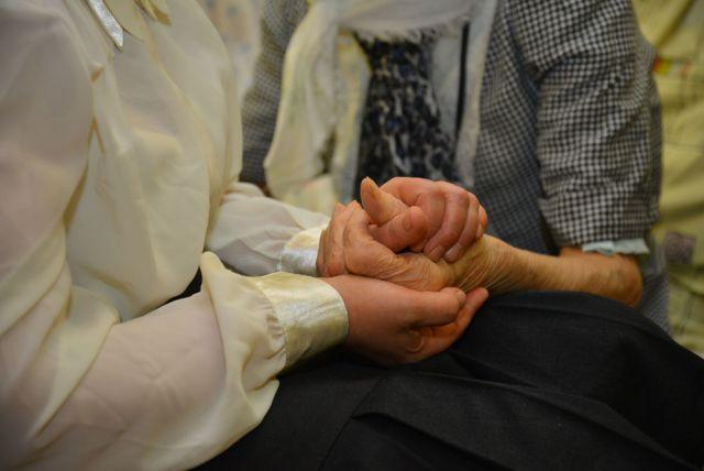 Оказывая помощь престарелым людям, вы спасаете человека от одиночества.