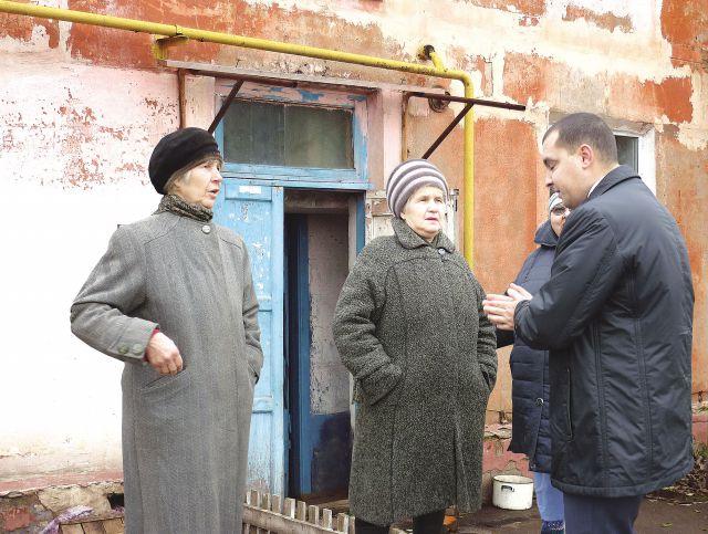 Дома рушатся на глазах у жителей посёлка Большие Поля.