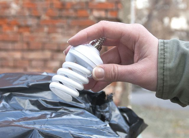 Выбросить лампочку в мусорный контейнер проще, чем дойти до УК.