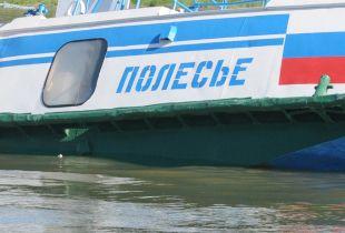 Теплоход «Полесье-8», столкнувшийся с баржей