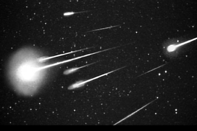 Визуально кажется, что метеоры летят из головы Дракона