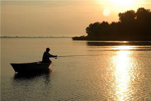 рыбак с двумя веслами
