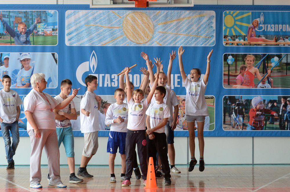 Особое внимание детскому спорту. До ноября продолжалась акция «Миру детства – яркие краски!» в рамках целевой программы «Газпром – детям». Газовики построили новые многофункциональные спортивные комплексы для воспитанников детских домов, воскресных школ и реабилитационных центров Ставрополья. Завершили они свою акцию большим праздником в пос. Рыздвяном, на который приехало около 500 детей.