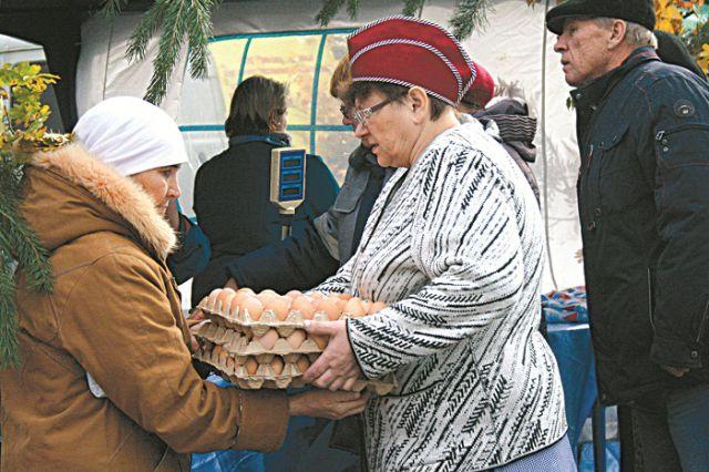 Яйцами торгуют прямо у памятника Ленину