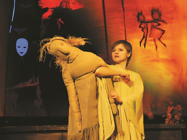 Роль кукол в спектакле отмечена не меньшим драматизмом, чем образы, создаваемые живыми актёрами.
