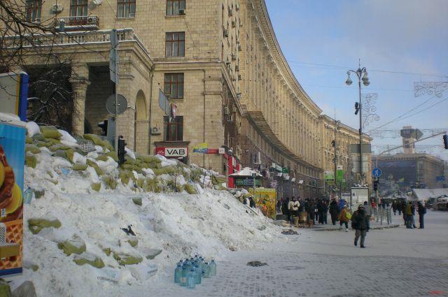 Майдан готовится к возможному разгону и сооружает баррикады