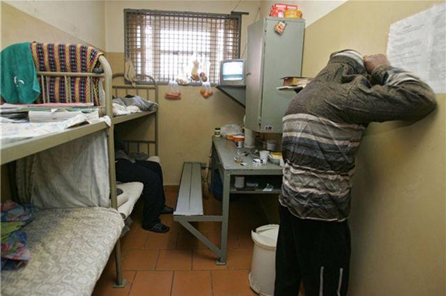 В Улан-Удэ осуждённый прибил ступни к полу гвоздями