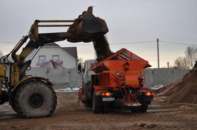 Загрузка смеси и песка в машину, в МКП «СпецАвто», которое отвечает за посыпку улиц в зимний период.