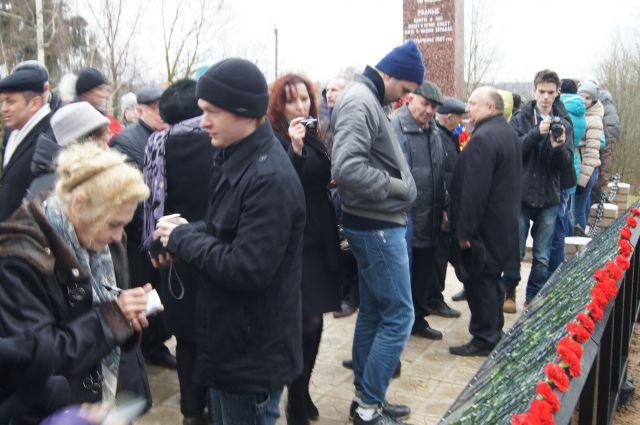 На открытие памятника пришло больше сотни людей.