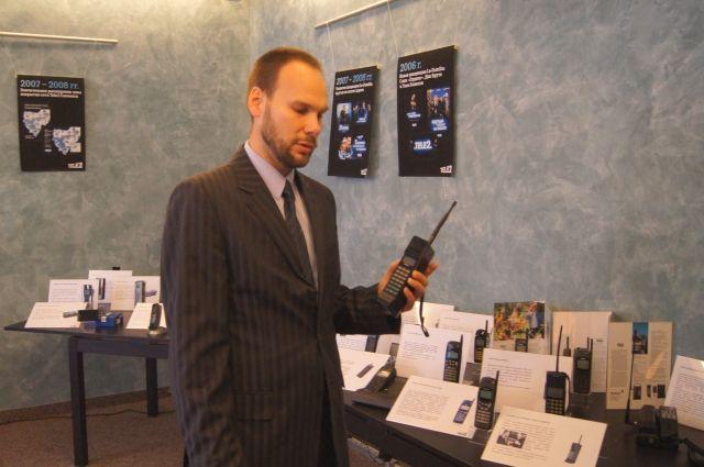 Ведущий презентации с знаменитым «горбачевским» телефоном.