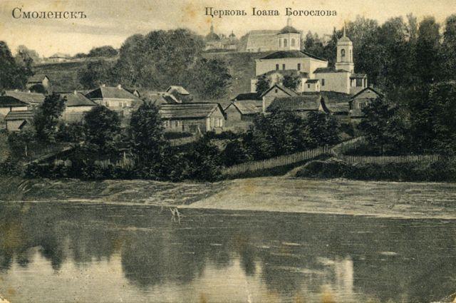 Церковь Иоанна Богослова к XX веку лишь частично сохранила первоначальные формы.