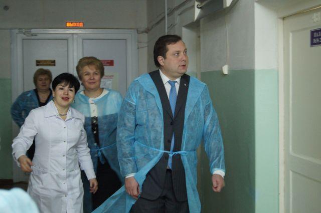 Губернатор направляется к молодым мамам.