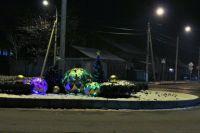 Сейчас праздничные атрибуты уже установлены на центральных кольцевых развязках Уссурийска.