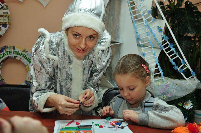 Сделать подарки Деду Морозу детям помогает Снегурочка.