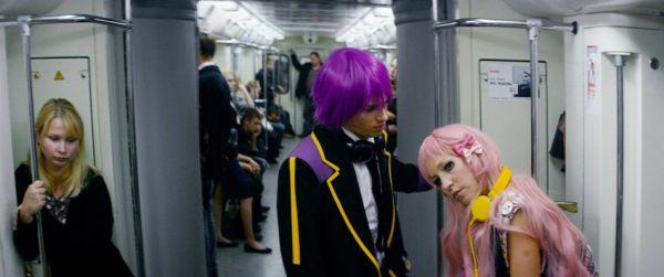 Подростков, предпочитающих жить в образах японских аниме-героев, сыграли Мария Шалаева и Василий Ракша