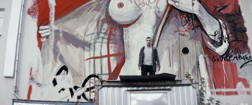 Евгений Цыганов сыграл озабоченного сносом церетелевского памятника Петру I граффитиста, которого любят сразу две девушки