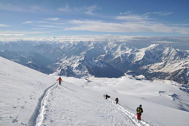 С Эльбруса (самой высокой вершины России) мир - как на ладони.