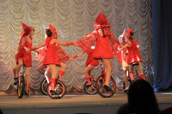 Юные артисты поражают зрителей мастерством езды на одном колесе.