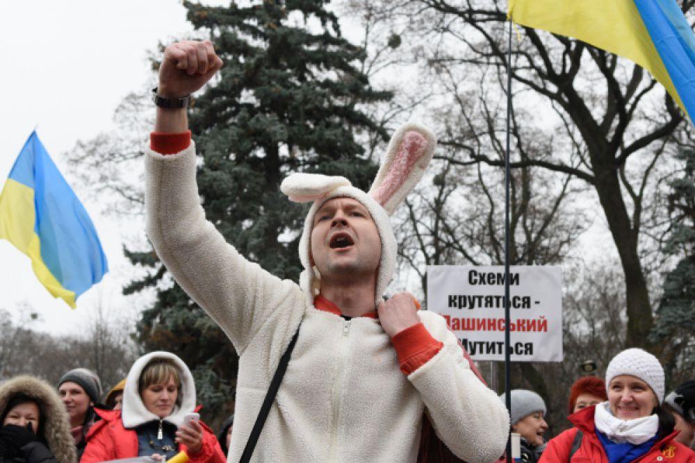 Участник акции протеста с требованием отставки правительства Украины в костюме кролика.